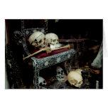 Cráneos y huesos en el trono felicitaciones
