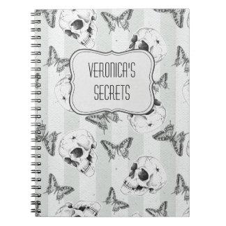 Cráneos y mariposas con la opción conocida spiral notebooks