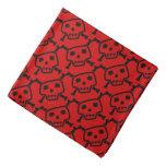 Cráneos y pañuelo rojos y negros del perro de la bandana