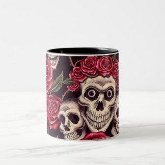 Cráneos y rosas taza de dos tonos