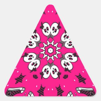 Cráneos y zapatos rosados pegatina triangular