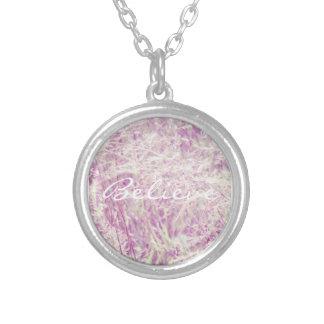 Crea el collar rosado suave de la hierba del tinte