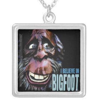 Crea en Bigfoot - Sasquatch divertido hace frente Colgante Cuadrado