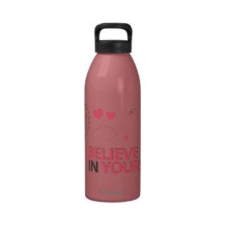 Crea en sí mismo la tipografía y el ejemplo botellas de beber