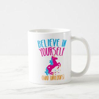 Crea en sí mismo (y unicornios) taza clásica