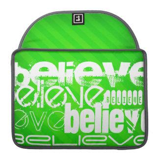 Crea; Rayas verdes de neón Fundas Macbook Pro