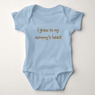 Crecí en el corazón de mi mamá t shirts