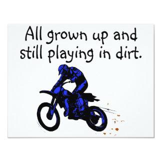 Crecido todo y todavía jugando en motocicleta de invitación 10,8 x 13,9 cm