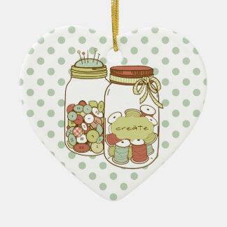 Cree el tarro de albañil y el ornamento de los adorno navideño de cerámica en forma de corazón