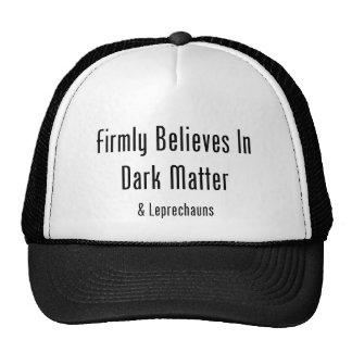 Cree firmemente en materia oscura y Leprechauns Gorros