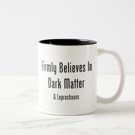 Cree firmemente en materia oscura y Leprechauns Taza Dos Tonos