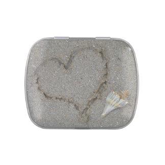 créele poseen: corazón y cáscaras en una playa are jarrones de caramelos