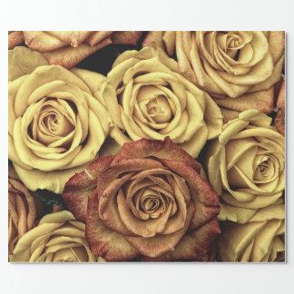 Crema del estilo del vintage y rosas rojos papel de regalo