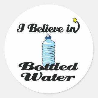 creo en agua embotellada pegatina redonda