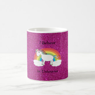 Creo en brillo del rosa de los unicornios taza básica blanca