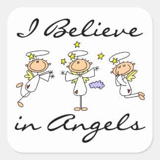 Creo en camisetas y regalos de los ángeles calcomania cuadrada personalizada