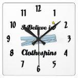 creo en clothespins relojes