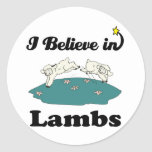 creo en corderos pegatina redonda