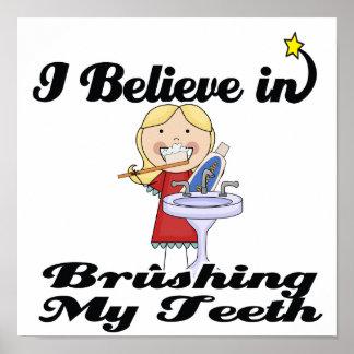 creo en el cepillado de mi chica de los dientes póster