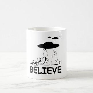 Creo en extranjeros taza de café