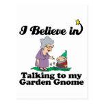 creo en hablar con el gnomo del jardín postales