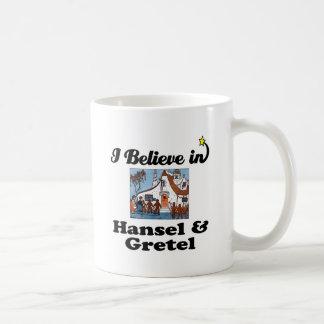 creo en hansel y gretel taza de café