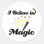 creo en magia pegatina redonda