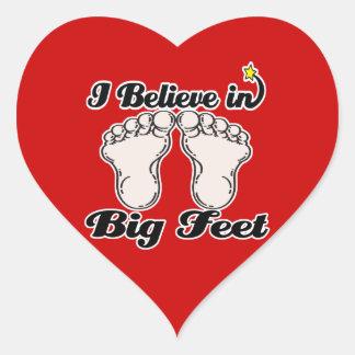 creo en pies grandes pegatina en forma de corazón