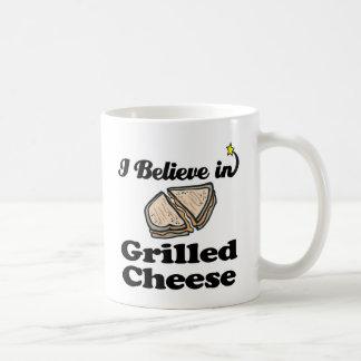 creo en queso asado a la parrilla taza de café
