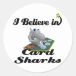 creo en tiburones de tarjeta etiquetas redondas