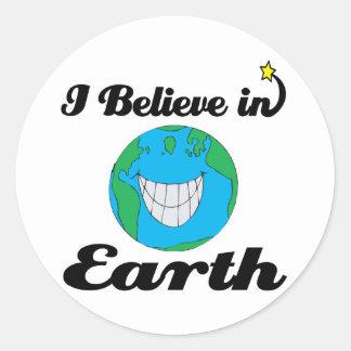 creo en tierra etiqueta redonda