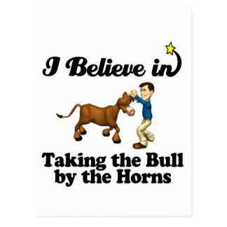 creo en tomar el toro por los cuernos tarjeta postal