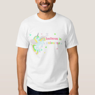 ¡Creo en UNICORNIOS!! Camiseta rosada linda del Camisas