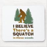 Creo que hay SQUATCH en estas maderas Alfombrillas De Ratones
