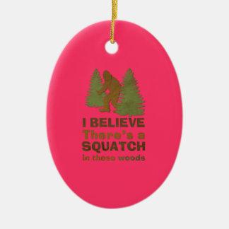 Creo que hay SQUATCH en rosa de estas maderas Ornamento De Navidad