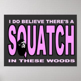 Creo que hay SQUATCH - señora rosada versión Póster