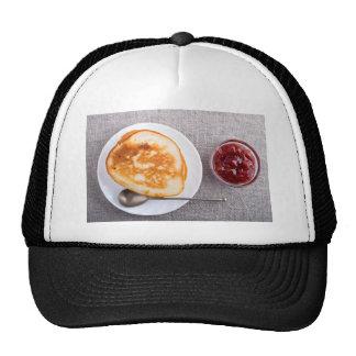 Crepes y una taza de cristal con la mermelada de gorras de camionero