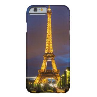 Crepúsculo debajo de la torre Eiffel Funda Para iPhone 6 Barely There
