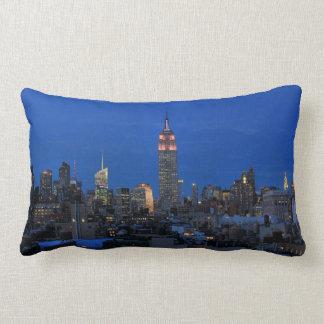 Crepúsculo: Empire State Building encendido encima Cojin
