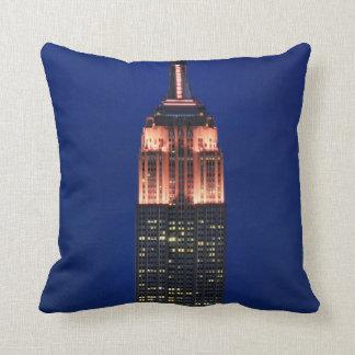 Crepúsculo: Empire State Building encendido encima Almohada