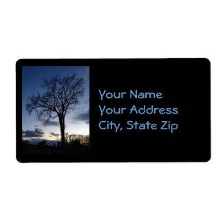 Crepúsculo en el árbol en etiquetas de dirección