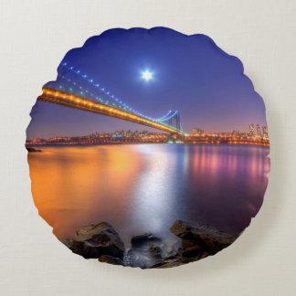 Crepúsculo, George Washington BridgePalisades, NJ. Cojín Redondo