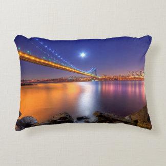 Crepúsculo, George Washington BridgePalisades, NJ. Cojín Decorativo