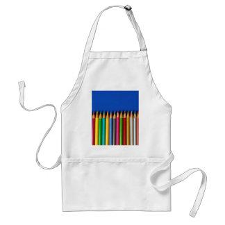 Creyones coloridos del lápiz en fondo azul delantal