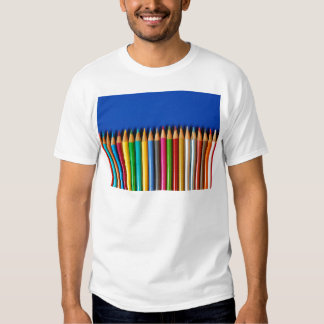 Creyones coloridos del lápiz en fondo azul playera