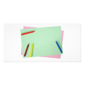 Creyones en los papeles coloreados tarjetas fotográficas personalizadas