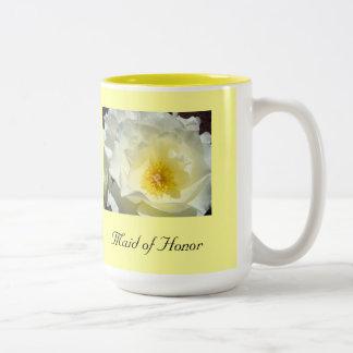 Criada del rosa amarillo blanco de la taza de café