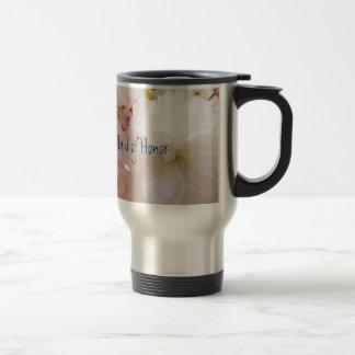 Criada hermosa de las tazas de café del viaje de