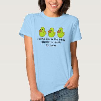 Criar a niños es como ser picoteado a la muerte camisas