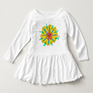 Criatura de mirada divertida en una flor, en un vestido con volantes para niñas